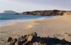 Dueños de arena y olas. Sacan a la venta una isla de Lanzarote, de 2,7 millones de metros cuadrados de extensión, por 9 millones de euros y sin licencia de construcción